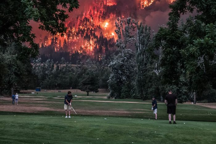 Oregon Fires Next To A Golf Course